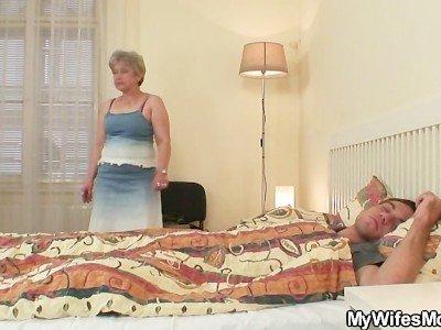 Зрелая мамаша отсасывает член своего спящего сына