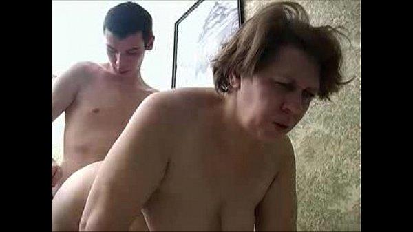 Сексуальная брюнетка с большими сиськами скачет на длинном члене