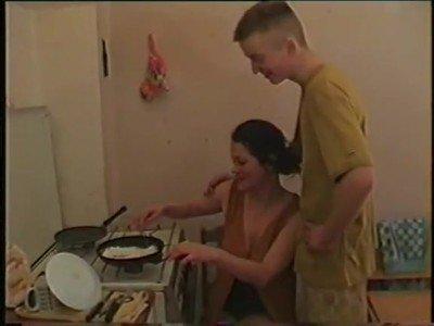 Мамаша ублажает сына на кухне хорошим минетом и киской