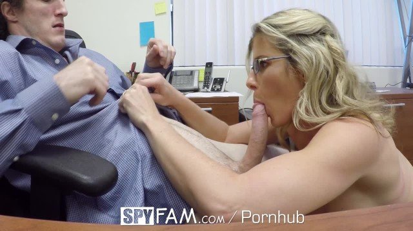 Опытная блондинка занимается любовью со своим коллегой на столе