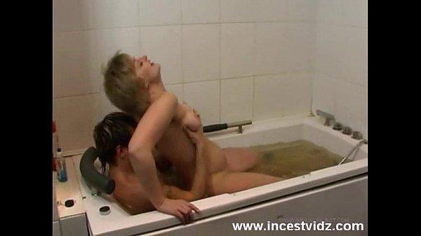 Телка широко раскинула длинные ноги перед сыном