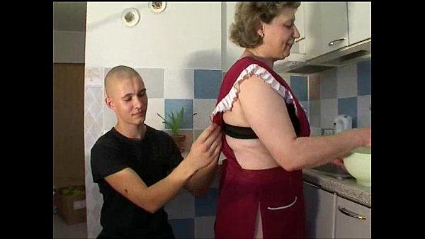 Пьяная мамка получила порцию спермы в рот